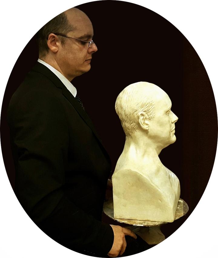 Alejandro Cabeza con su busto